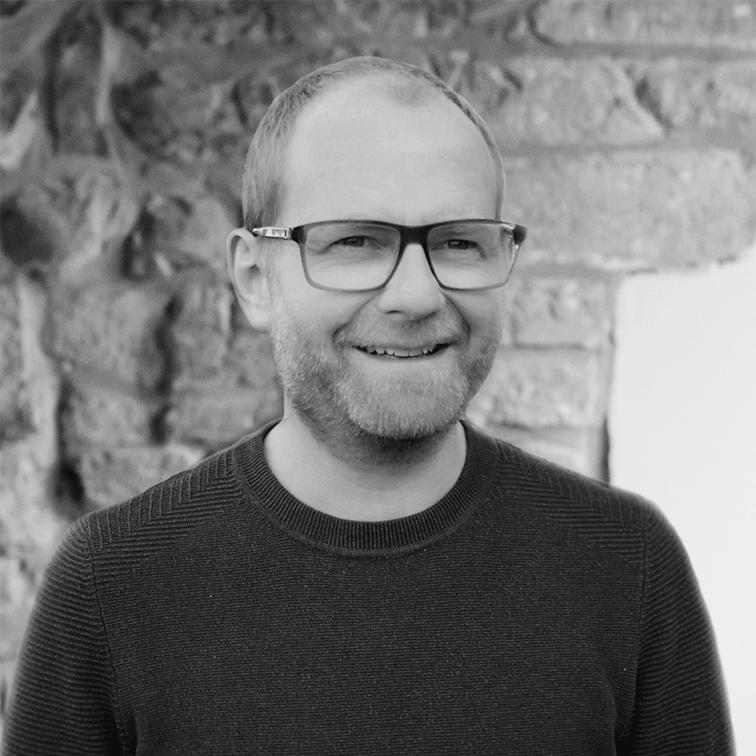 zwart-wit foto regisseur/Scenarist Hans Dessers